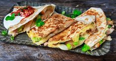 Enkle quesadillas med kylling | Oppskrift | Meny.no Chicken Quesadillas, Some Recipe, Low Calorie Recipes, Tortillas, Lunches And Dinners, Other Recipes, Appetizers, Mexican, Snacks