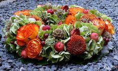 Een mooie beschrijving van een najaarskrans met herfstkleuren. Stap voor stap zelf dit bloemstuk maken: krans met herstkleuren Art Floral, Deco Floral, My Flower, Flowers, Thanksgiving Decorations, Succulents, Diy Crafts, Wreaths, Fruit