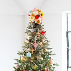 Add a touch of color with year to your Christmas tree with this diy pom pom tree topper! Best Christmas Tree Toppers, Unique Christmas Trees, Outdoor Christmas Decorations, Christmas Tree Ornaments, Christmas Crafts, Christmas Door, Holiday Decor, Xmas, Diy Tree Topper