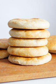 Jeśli do swojego hummusu potrzebujecie miękkiego, puszystego chlebka pita, ten przepis spełni wszystkie Wasze oczekiwania. Chlebki dosłownie rosną w dłoniach podczas zagniatania ciasta, a po wyjęciu z pieca są rumiane z miękkim wnętrzem i delikatną skórką.