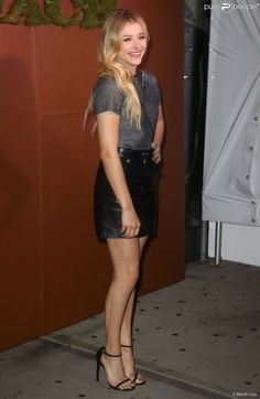 Sharing the beautiful women I love and respect. Check out my Likes and keep scrolling! Chloé Moretz, Mode Chic, Chloe Grace Moretz, Beautiful Legs, White Girls, Sexy Legs, Leather Skirt, Celebrity Style, Actresses