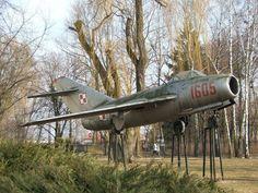 MiG-15 bis (LIM-2) jako pomnik przed Zespółem Szkół Rolniczych.