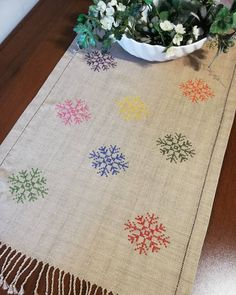 Hand Work Embroidery, Hand Embroidery Designs, Cross Stitch Designs, Cross Stitch Patterns, Cross Stitching, Cross Stitch Embroidery, Diy Crochet Rug, Burlap Lace Table Runner, Button Hole Stitch