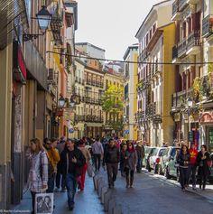 Bulliciosa Cava Baja...me encanta ver tanta gente caminando por la calle, como si fuera peatonal. Mucho ambiente en esta calle llena de tabernas y antiguas posadas madrileñas.