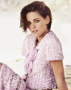 Kristen Stewart has never looked more beautiful then she does in bubble gum pink! Beautiful Celebrities, Beautiful People, Beautiful Ladies, Kristen Stewart Pictures, Kirsten Stewart, Famous Faces, Girl Photography, Hollywood Actresses, Celebrity Crush