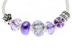Bílo fialový set Luxusní set bílého náramku se sedmi fialovo stříbřitými kamínky, které lze libovolně kombinovat, měnit i doplňovat dle vkusu a přání zákazníka či pro konkrétní příležitost. Díky vhodně nakombinované škále barev se tento set bude hodit jak na běžné nošení do práce tak i na slavnostnější události. Neváhejte si taktéž vybrat z našeho oddělení Korálky a Kamínky doplňující kamínky a přívěsky, kde si můžete dokombinovávat náramek pro každou příležitost, zvolenou barvu oblečení.