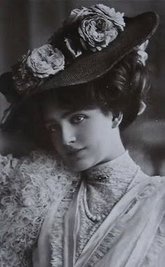 Lily Elsie had a flawless face. She was one of the most photographed women of le Belle Epoque. She was born Elsie Hodder on April 8, 1886 in Leeds, Yorkshire, England.