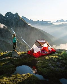 Looking for insiration on your next camping adventure this year? Check out these campsites that will inspire you with those camp vibes for your next trip! Camping Survival, Outdoor Survival, Outdoor Camping, Camping Gear, Camping Trailers, Camping Outfits, Camping Equipment, Survival Tips, Running Outfits