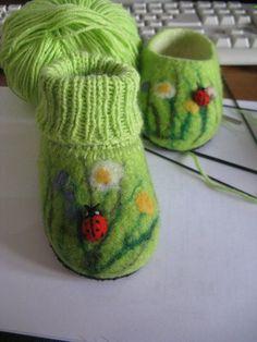 How to make wetfelted little boots - Handmade-kursy ,wzory ,tutoriale: Filcowanie na mokro-buciki Knitting Projects, Knitting Patterns, Sewing Projects, Needle Felted, Nuno Felting, Yarn Crafts, Felt Crafts, Felt Boots, Felt Baby