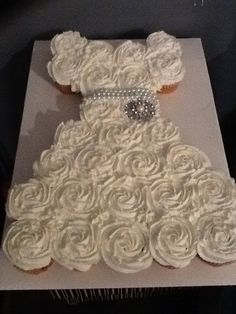 My friend Leigh Ann wants to make this for me!! Yeah!! Bridal Shower Pull Apart Cupcake Cake Tutorial