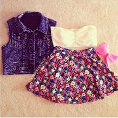 Ooh.♡. I love how this denim top looks with the floral skirt and white bandeau!