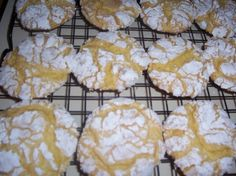 COOL WHIP COOKIES 1 box cake mix (any flavor- chocolate, red velvet, lemon, etc.) 1 tub Cool Whip oz) 1 egg Mix ingredients Drop spoonfuls into powdered sugar to coat Bake at 350 for 12 mins Cool before removing Köstliche Desserts, Dessert Recipes, Dinner Recipes, Pasta Recipes, Crockpot Recipes, Soup Recipes, Vegetarian Recipes, Breakfast Recipes, Chicken Recipes