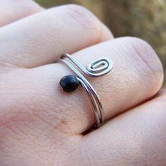 Prstýnek s černým skleněným kamínkem | Zobra...