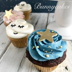 Moon & stars baby gender reveal cake & cupcakes made by Bunnycakes Star Cupcakes, Girl Cupcakes, Fondant Cupcakes, Cupcake Cakes, Gender Reveal Cupcakes, Gender Reveal Party Decorations, Baby Gender Reveal Party, Baby Shower Desserts, Baby Shower Cupcakes