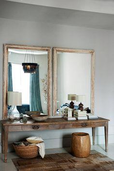 Im Schlafzimmer: Antikes Sideboard mit Spiegeln. OCHRE