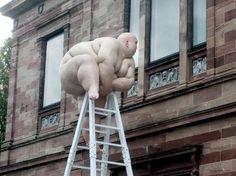 Installation by Mu Boyan.  Neue Galerie Kassel: Skulptur für China-Ausstellung. Oder in meinen Worten: Fett-Fensterln FKK.