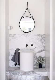 Salle de bain design en marbre blanc et gris Grey and white marble bathroom.