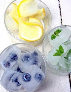 Summer Ice Cubes - I was once at a party where they had ice cubes made of food coloring, that changed the color of your drink while you drank it. Similar things with flavors? Fun Drinks, Yummy Drinks, Refreshing Drinks, Party Drinks, Picnic Drinks, Drinks Alcohol, Picnic Foods, Party Desserts, Mixed Drinks