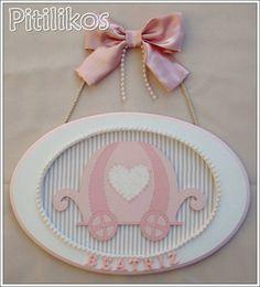 Porta Maternidade com fundo forrado em tecido, decorado com pérolas, fita e aplique de carruagem. Dimensões aproximadas: 32 x 22 cm R$ 110,00