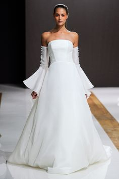 Strapless A-line wedding dress with detached bell sleeves with buttons