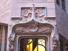 Haut de la porte de l'escalier hexagonal du château du Haut-Koenigsbourg.