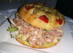 Wij gaan al een tijdje niet meer na de V&D, ik heb de broodjes in huis gehaald. Focaccia tonijn salade a la La Place en het roomkaas broodje natuurlijk! Dit recept is gewoon de basis van Focaccia brood(jes), je kunt er 1 grot