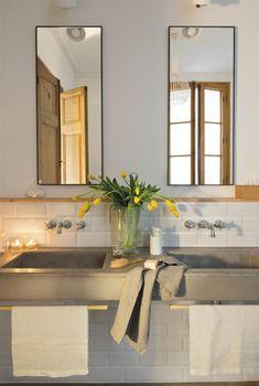 Baño con azulejos tipo metro, espejos de metal y lavamanos de microcemento_00469449.jpg