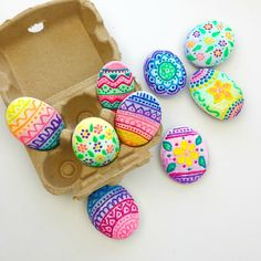 There are so many fun possibilities for creating beautiful easter egg rocks. Rock Painting Supplies, Rock Painting Ideas Easy, Egg Rock, Easter Egg Designs, Painted Rocks Kids, Turtle Painting, Puffy Paint, Easter Party, Egg Hunt