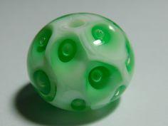 Glasperle grün mit eingestochenen Luftblasen