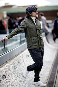 2018-02-04のファッションスナップ。着用アイテム・キーワードはウールパンツ, サングラス, ジャケット, スニーカー, ニット・セーター, ハンチング・キャスケット,Pitti Uomo(ピッティ・ウォモ), アディダス(adidas)etc. 理想の着こなし・コーディネートがきっとここに。| No:249364