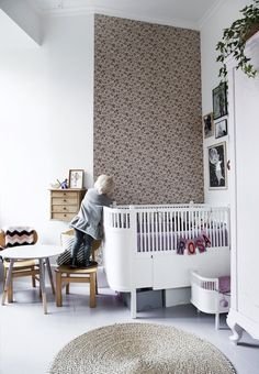 Rosa wallpaper with birds as motive in an angled corner.