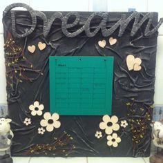 Schilderdoek frame overspannen met doek in textiel verharder. Op fleuren met allerlei kleine frummels van action ( verjaardags kalender)