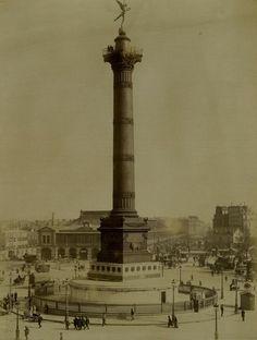 La place de la Bastille vers 1875. A l'arrière on voit la gare de Paris-Bastille, ouverte en 1859, fermée en 1969 et détruite en 1984 pour faire place à l'Opéra Bastille. Regardez tout en haut de la Colonne de Juillet, on y distingue quelques personnages