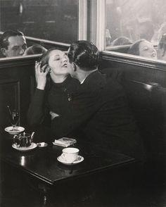 Couple d'amoureux dans un petit café, quartier Italie. Brassaï,1932.