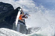 Centros comerciais contam a história da modalidade até o título mundial de Gabriel Medina, incluindo o recente ataque ao surfista australiano Mick Fanning.