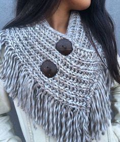 No photo description available. Crochet Poncho, Love Crochet, Crochet Scarves, Crochet Clothes, Crochet Stitches, Crochet Baby, Knit Cowl, Loom Knitting, Hand Knitting