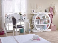 Zarafet desen onda, asalet desen onda! Saraylara yakışır en şık  mobilyalar senin odanda... Oval kitaplığı, zarif çalışma masası, gösterişli  karyola başıyla bu oda gerçekten çok farklı, çok havalı! Girls Room Design