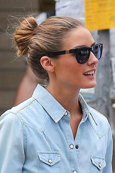El moño bagel sigue siendo uno de los más chic y sexys en lo que se refiere a los peinados de calle. Fíjate en cómo lo combina Olivia Palermo, con gafas tendencia y camisa vaquera.