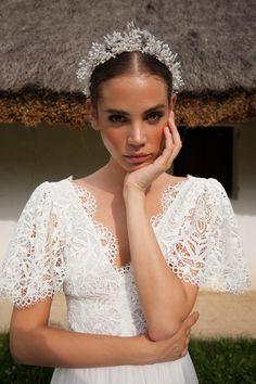 V Neck Wedding Dress, Classic Wedding Dress, Wedding Attire, Wedding Gowns, Bridal Headpieces, Bridal Hair, Headpiece Wedding, Bridal Looks, Bridal Style