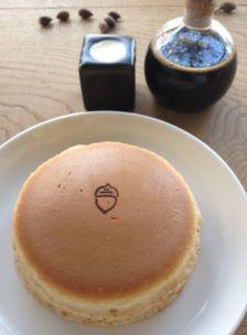 これぞ、由緒正しい日本のホットケーキ!外はややかりっ、中はしっとり。そこが、パンケーキと違うところ。焼印のモチーフはどんぐりです。梅が丘にあるホットケーキパーラー リトルツリーです。【SPUR編集長 内田秀美】 http://lexus.jp/cp/10editors/contents/spur/index.html ※掲載写真の権利及び管理責任は各編集部にあります。LEXUS pinterestに投稿されたコメントは、LEXUSの基準により取り下げる場合があります。