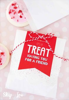 These Valentines Day tags will help wrap up your goodies while letting your friend know that you think it is a treat having them for a friend. If you want to give cupcakes these are Valentines Movies, Diy Valentines Cards, Valentine Treats, Valentines Day Party, Valentine Day Crafts, Popcorn Gift, Holidays With Kids, Single Holidays, School Holidays