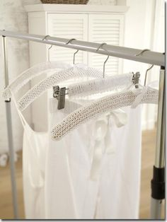 A white knitted cover hanging on a clothes hanger Knitting Needles, Free Knitting, Home Crafts, Diy And Crafts, Cute Little Things, Smart Design, Crochet Home, Knit Patterns, Hand Sewing