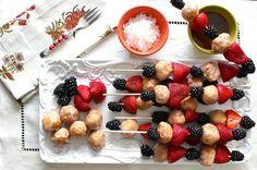 pinchos de frutas con donas