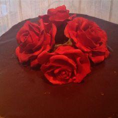 """""""Lager ganache for første gang.  Morro og det smakte himmelsk #sjokoladekake #ganache #jordbærmousse #røderoser #søtesaker #bakemag #bakeglede…"""""""