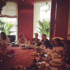 Desayuno por el #20aniversarioMJ @macariojimenez con la embajadora de México en España e invitados muy especiales en @gancedo_tapicerias #MexicoEstaDeModa #PullmanturInspira @marialeonstyle @olgaliggeri @marianapad @karlasarti @magosherrera