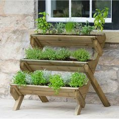krutergarten palette Make the most of any garden space with the versatile three-tiered Stepped Herb Wooden Vertical Garden. An ideal home for all herb varieties, the stepped ladde Raised Herb Garden, Herb Garden Planter, Herb Garden Pallet, Diy Herb Garden, Herb Planters, Wooden Planters, Pallets Garden, Plant Pots, Garden Ideas