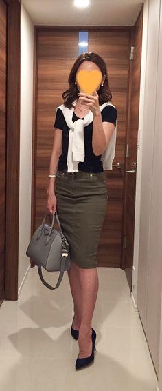 Black tee: GAP, White sweater: Rie Miller, Khaki pencil skirt: Dexieme Classe, Grey bag: GIVENCHY, Navy pumps: Pellico
