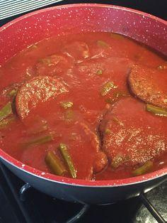 Riquísimas tortas de camaron en salsa roja con nopales !