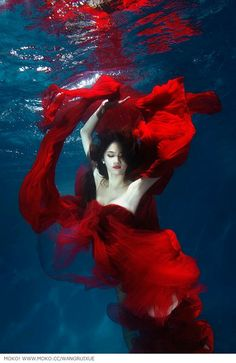 Lady in red, awesome underwater shoot. Underwater Photoshoot, Underwater Model, Underwater Art, Underwater Photography, Art Photography, Underwater Pictures, Street Photography, Landscape Photography, Fashion Photography