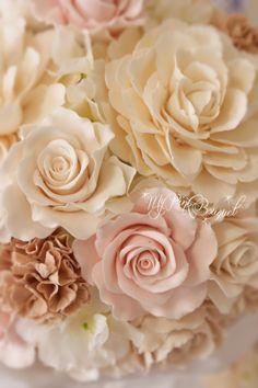 024//美しい白いドレスを際立たせるため、花嫁さまがリクエストされたのは、白を基調としてヌーディピンクやベージュを入れたお花たちでした。